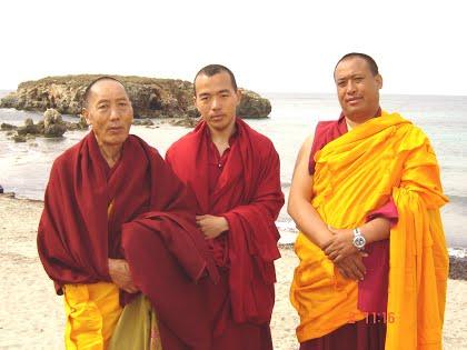 Gueshe Tashi con S.E. Tritul Rimpoche y Gueshe Tenzing Tamding